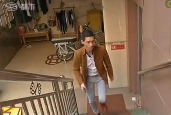 30�q男子扮少女�c男孩�W聊 只��窭^子回家