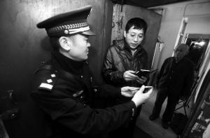 北塔派出所民警向辖区住户推广社区警务微信群-华商晨报记者夏铭阳摄