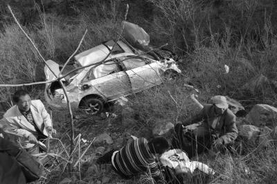 轿车车身严重受损,伤者被先前赶到的村民救出。