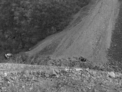 轿车坠下近百米深的山沟。警方供图