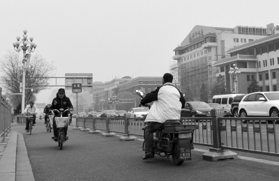 电动二轮车在长安街逆行。京华时报记者赵思衡摄
