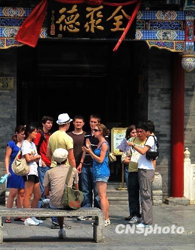 """资料图:全聚德的北京前门店是全聚德起源店,始建于公元1864年(清同治三年),1999年前门店打开老墙,精心装修了一个仿古餐厅,命名为""""老铺"""",恢复了全聚德的历史风貌。位于一楼的老店门面建于公元1888年(清光绪14年)。"""