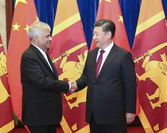 4月8日,国家主席习近平在北京人民大会堂会晤斯里兰卡总理维克勒马辛哈。 新华社记者丁林摄