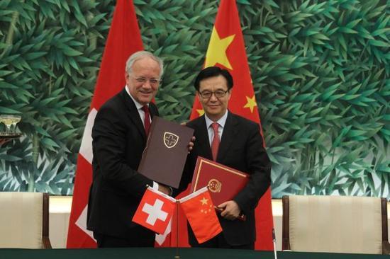 2013年7月6日,我国商务部部长高虎城和瑞士联邦委员兼经济部长约翰·施奈德-阿曼在北京正式签署我国-瑞士自在交易协议。新华社记者邢广利摄