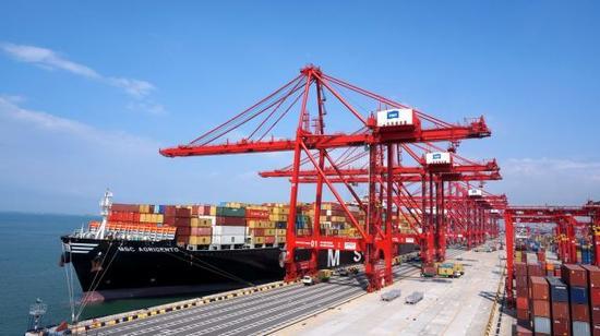 """2015年5月23日,一艘集装箱船正在科伦坡南港码头装卸货物,该码头是我国和斯里兰卡共建""""21世纪海上丝绸之路""""务实对接标杆项目。 新华社记者黄海敏摄"""