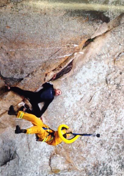 美国男子迈克尔・班克斯爬上加州莫洛岩石(Morro Rock)的一处峭壁上视频求婚反被困。(网页截图)