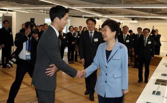 韩国总统朴槿惠与韩国观光公社宣传大使宋仲基握手(网页截图)