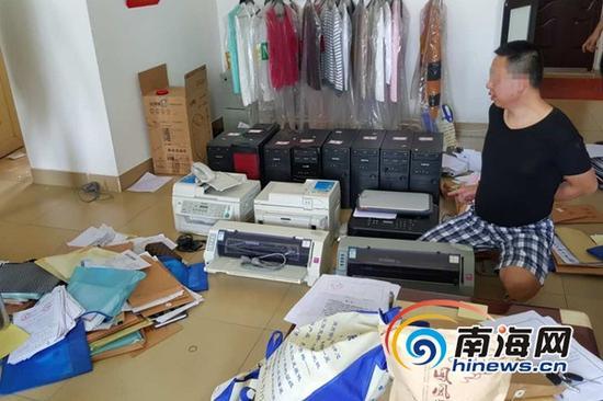 警方现场扣押的用于开票的电脑、打印机、账本。海南省公安厅供图