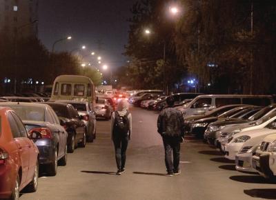"""夜晚,两位调查员前往""""目标""""小区。"""