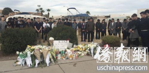 1月18日下午三点,众多来自亚利桑那州立大学学生来到事发地点举行悼念活动。悼念活动由亚利桑那州立大学学生自发举行。(美国《侨报》/李帜一 摄)