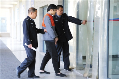 昨天,海淀警方提审一位台湾籍欺骗嫌犯。克日,我国分两批从肯尼亚押回77名电信欺诈犯法怀疑人,此中有45名台湾人。