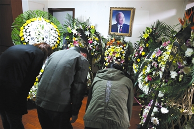 昨日,梁思礼院士家摆着他的遗像,亲朋及同事前来悼念。新京报记者 尹亚飞 摄