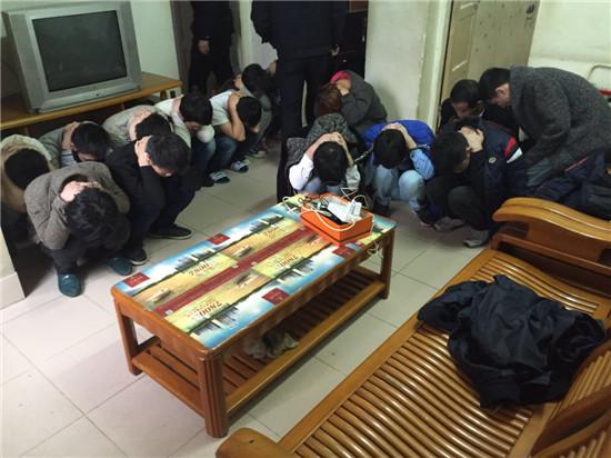 抓捕现场,15名传销成员蹲在地上