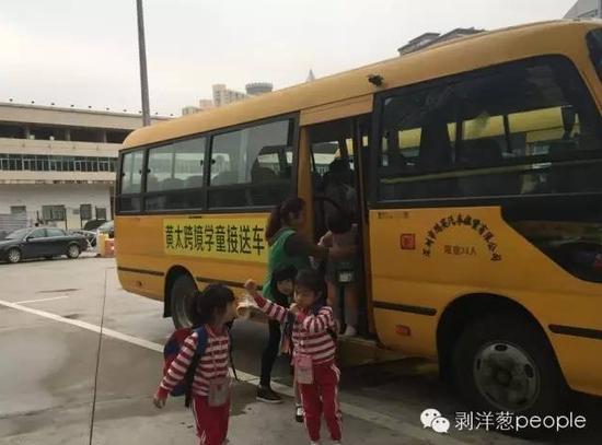 跨境学童接送车送跨境学童到达文锦渡口岸。新京报记者 安钟汝 摄