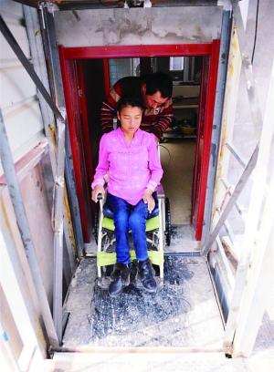 马小鹏推着老婆走进本人缔造的起落机。