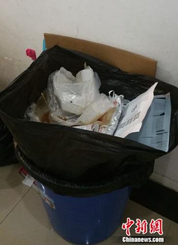 北京一单位的垃圾桶堆满了外卖餐盒等垃圾