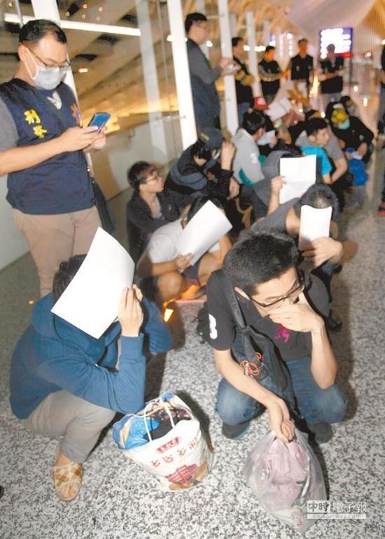 在马来西亚涉诈骗的20名台湾嫌犯,遭马来西亚驱逐出境搭机返台。