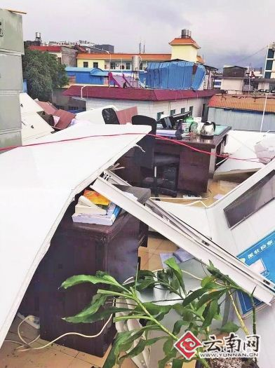 房顶被刮走,办公室变露天。网友供图