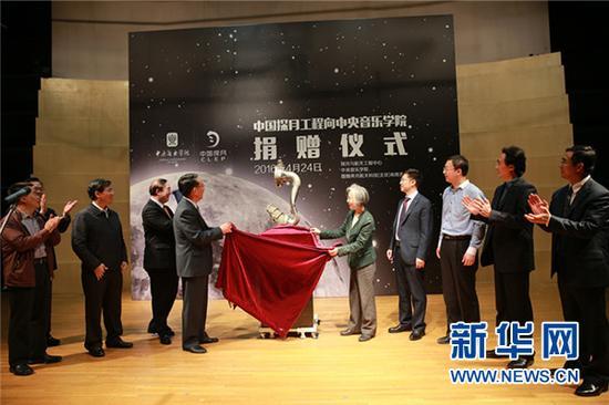 图为国家探月工程向地方音乐学院馈赠火箭收受接管什物。许瑞 摄