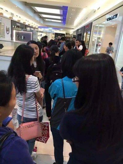名牌皮件店推出两小时代购专场特卖,开卖前店门口大排长龙,清一色都是华人代购。图片来源:台湾《世界日报》