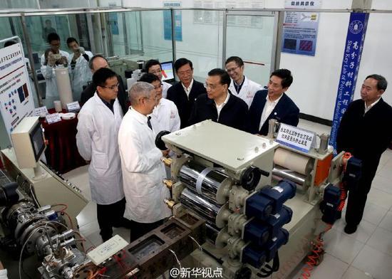 李克强考察四川大学高分子材料工程国家重点实验室