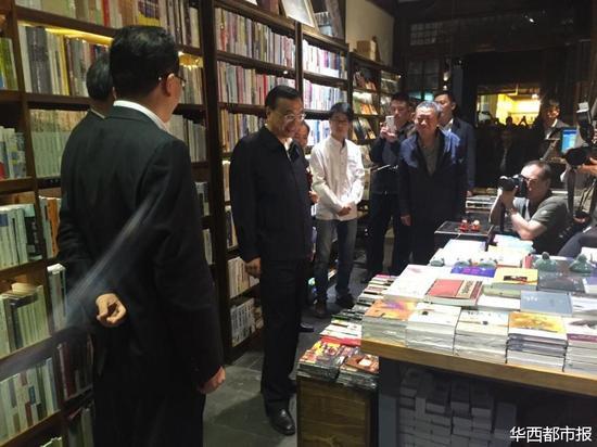 李克强在书店内。