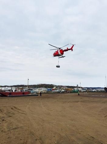 加拿大海岸警卫队直升机装卸汽油桶
