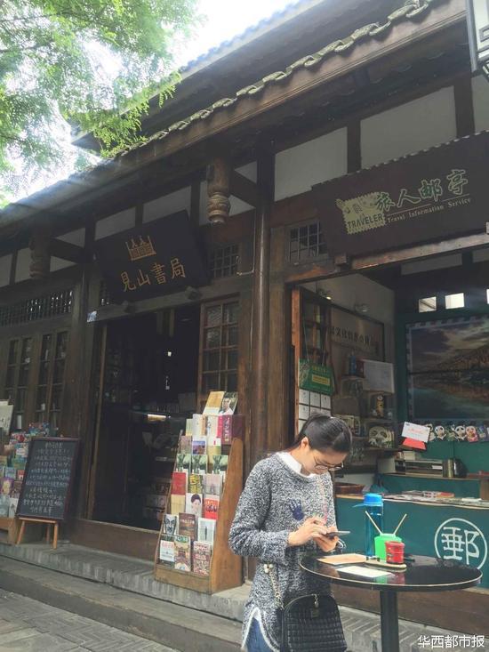 """李克强逛的书店""""见山书局""""。"""