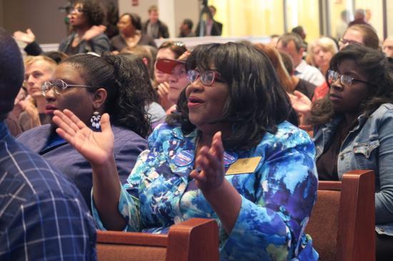参与社区竞选回忆的非裔民众。