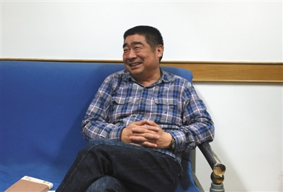 昨日,南京市纪委宣传部办公室,谷以成接受记者采访。新京报记者 赵实 摄