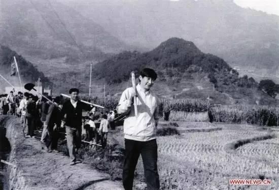 1988年,习近平在乡村研究时参与劳动: