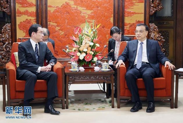 4月30日,国务院总理李克强在北京中南海紫光阁访问会晤来华走访的日本皮毛岸田文雄。 新华网记者 姚大伟 摄