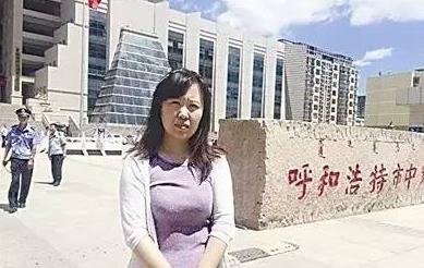2015年7月庭审完毕后,杜文老婆走出法院。