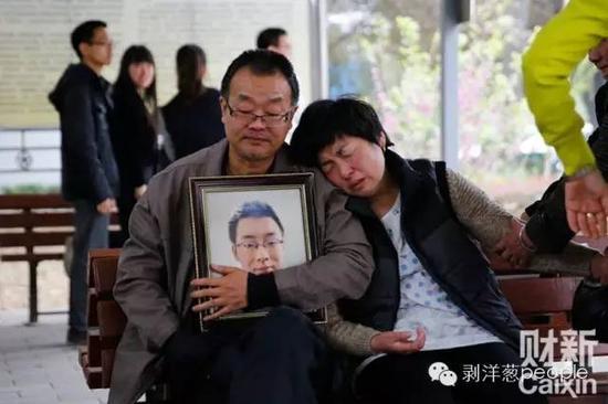 4月13日,陕西咸阳,告别仪式过后,魏则西的遗体被推去火化,父母坐在殡仪馆外等候。