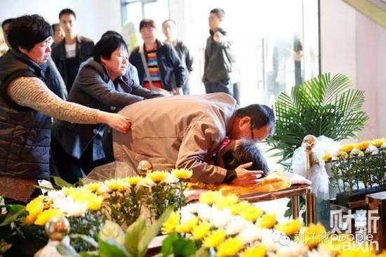 4月13日,陕西咸阳,告别仪式前,魏则西的父亲扑上去抱住儿子。