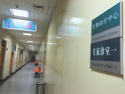 武警二院生物诊疗中心墙上的宣传板已经被摘掉,墙上依稀可见粘胶痕迹。