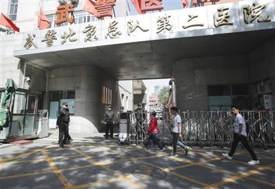 昨日,武警北京二院加强安保,门口的保安挨个询问来者身份,只有患者和家属才可进入。新京报记者 彭子洋 摄