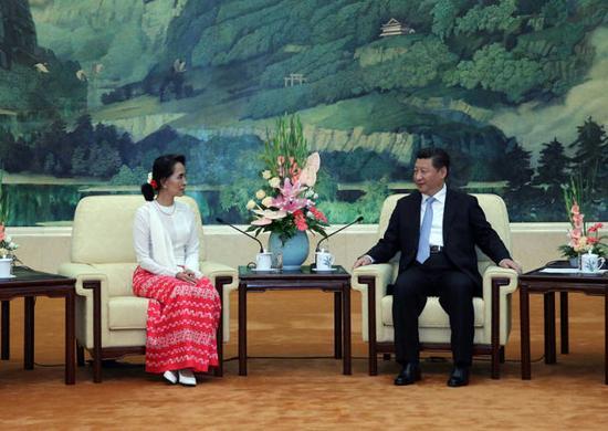 (↑2015年6月11日,北京,中共中央总书记、国家主席习近平会见由主席昂山素季率领的缅甸全国民主联盟代表团)