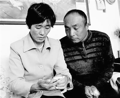 张朝花和老公张永忠,翻看手机里儿子的相片,成了她仅有的慰籍。