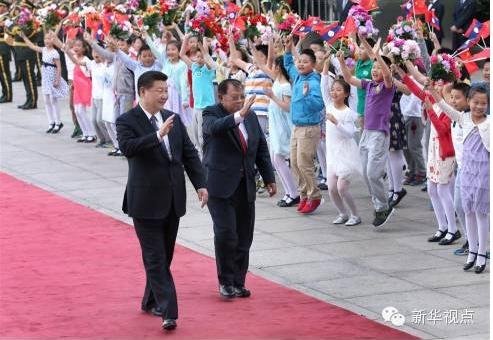 (2016年5月3日,中共中央总书记、国家主席习近平在人民大会堂东门外广场为本扬举行欢迎仪式。新华社记者 庞兴雷 摄)