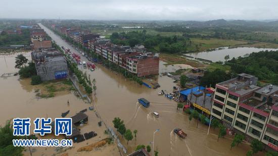 5月8日,受暴雨影响,湖南道县县城低洼路段发生内涝。当日,湖南省永州市道县遭暴雨袭击,县城多处低洼路段被淹。目前,道县抢险、核灾和灾后自救工作已全面、有序展开。 新华社发(何红福 摄)