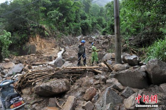 5月8日,救援人员正在抢修受损道路。8日凌晨,泰宁县开善乡发生泥石流,造成中国华电集团所属池潭水电厂扩建工程项目部办公楼和工地宿舍被埋。中新社记者 吕明 摄