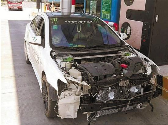 涉事车辆无车牌、稳妥杠、引擎盖