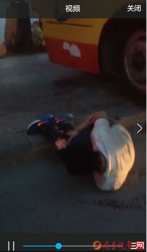 公交车碾压撞司机并斗气轿车(图)见鸡视频风图片