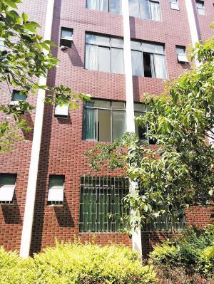据记者目测,3楼窗台距离地面约有8米高。