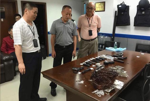 深圳一保洁员在罗湖口岸捡到4把手枪。