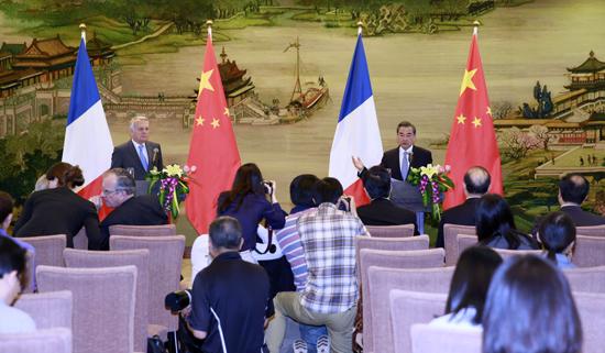 交际部长王毅在北京与来访的法外洋长艾罗谈判后共见记者