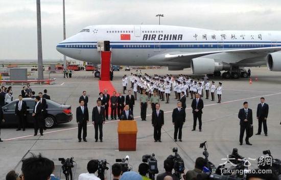 张德江抵达香港机场