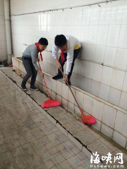 学生正在打扫厕所
