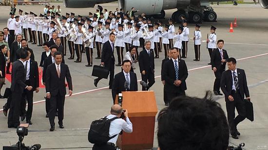 张德江在香港机场发表讲话